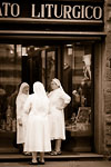 Firenze - Three nuns in front of the Liturgico shop