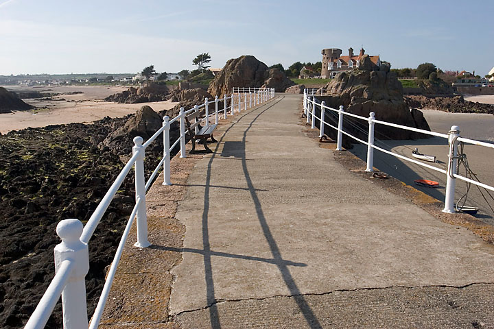 Bent pier - Jersey - Platte Rocque Point - May 2006 - Graphical